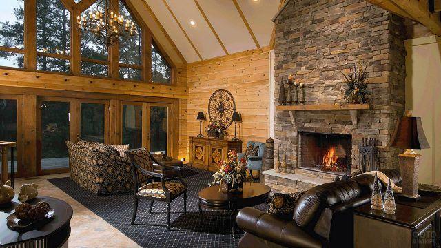 Каменный камин в гостиной с кожаными диванами и винтажным декором эко-дома