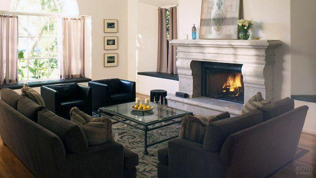 Классический мраморный камин в современной гостиной