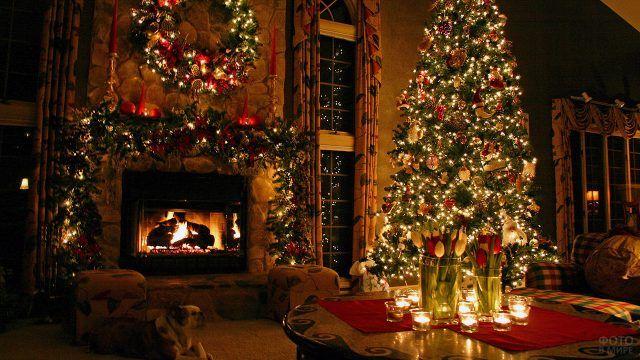 Новогодний вечер в нарядной гостиной с камином