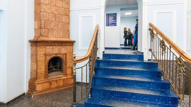 Старинная печь с угловым камином в музее Екатеринбурга