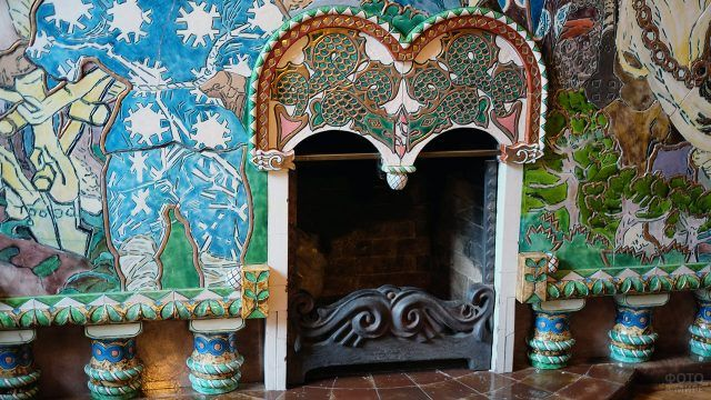 Живописный фасад старинного камина в доме-музее