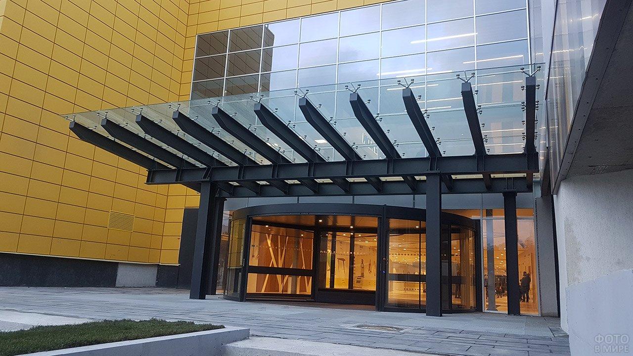 Козырёк из нержавеющей стали и стекла над входом в офисное здание
