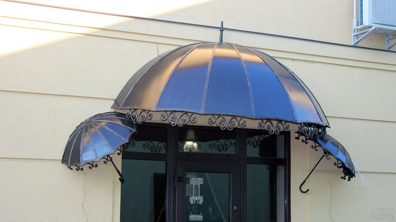 Оригинальный кованый козырёк в виде зонтиков