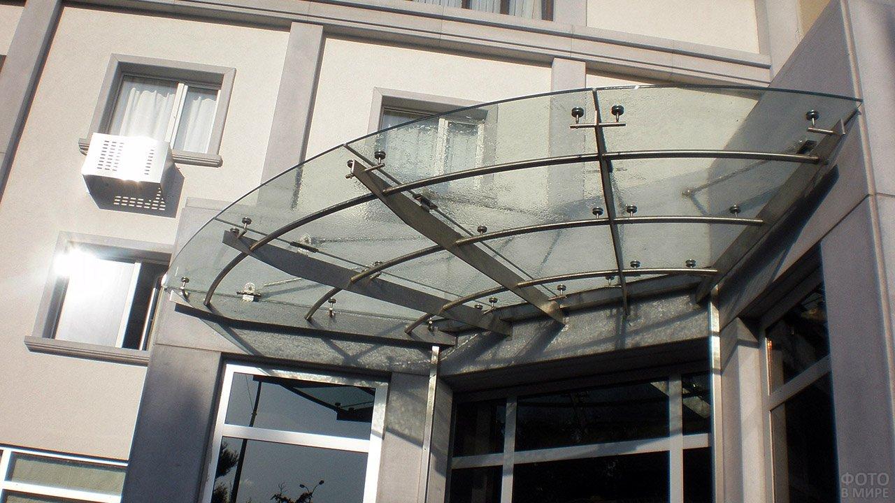Современный стеклянный козырёк над входом в офис