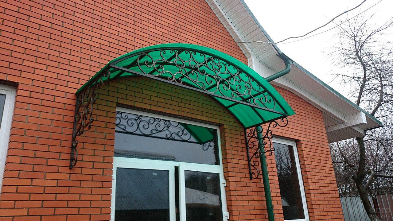 Зелёный полукруглый козырёк из поликарбоната на кованой основе