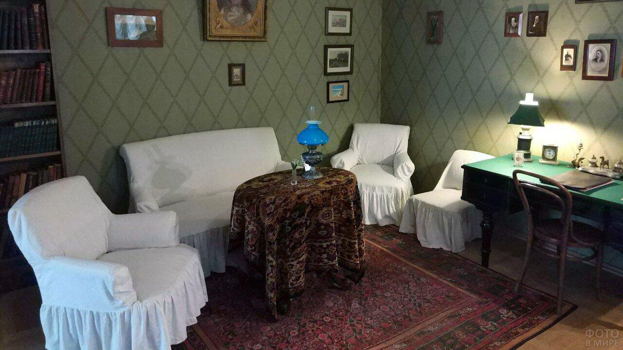 Аскетичный кабинет Антона Павловича Чехова в московском доме-музее