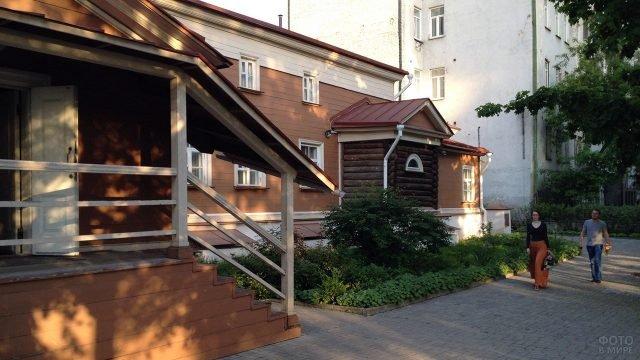 Деревянное крыльцо дома-музея Щепкина
