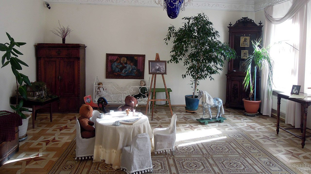 Детская комната с игрушками и фотопортретом дочерей в московском доме-музее Марины Цветаевой
