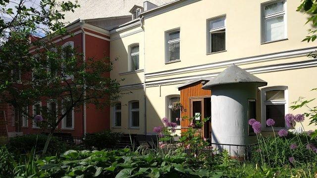 Двор с палисадником дома-музея Чехова