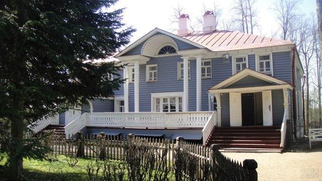 Фасад с колоннами дома-музея Островского в Москве