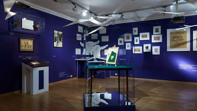 Художественные работы в экспозиции дома-музея поэта Маяковского