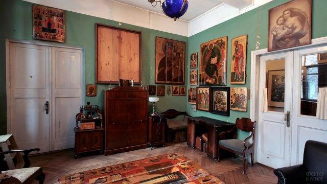 Коллекция на стенах кабинета в доме-музее Павла Корина