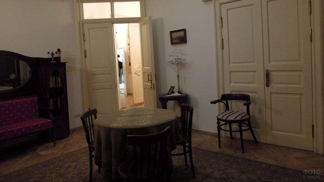 Круглый стол в гостиной московского дома-музея Цветаевой в Борисоглебском переулке