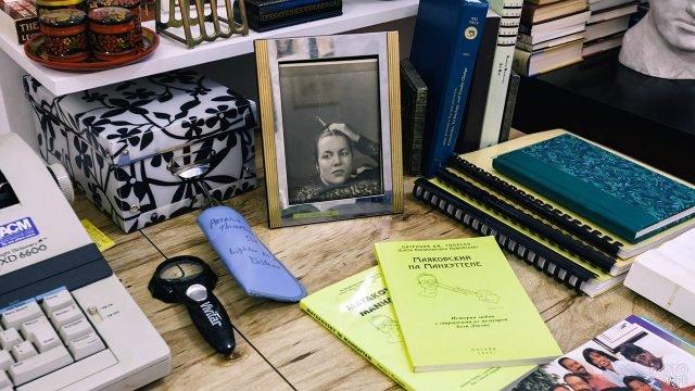 Портрет Лили Брик на рабочем столе поэта в мемориальной квартире Маяковского