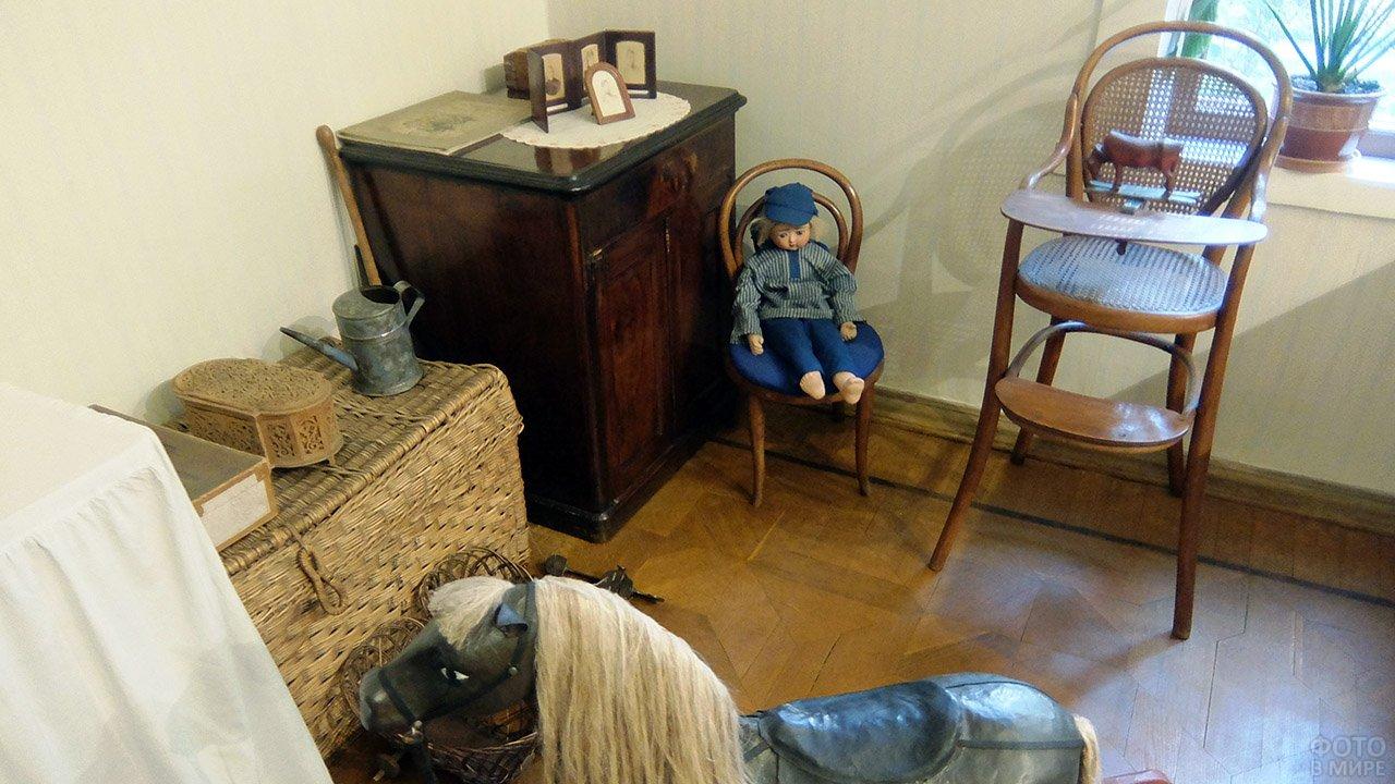 Простые игрушки в детской в музее-усадьбе Толстого в Хамовниках