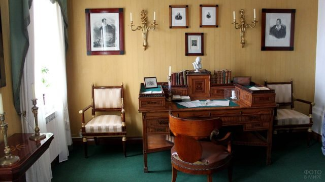 Рабочий стол в кабинете московского дома-музея Лермонтова