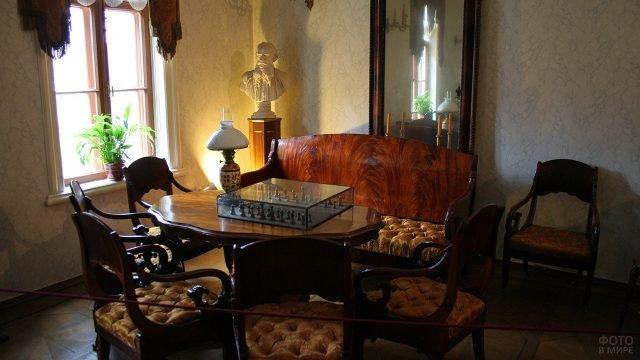 Шахматный стол в музее-усадьбе Льва Толстого в московских Хамовниках