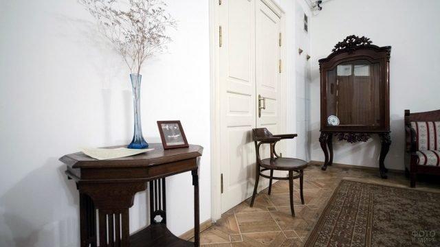 Скромный интерьер гостиной в доме-музее Цветаевой в Москве