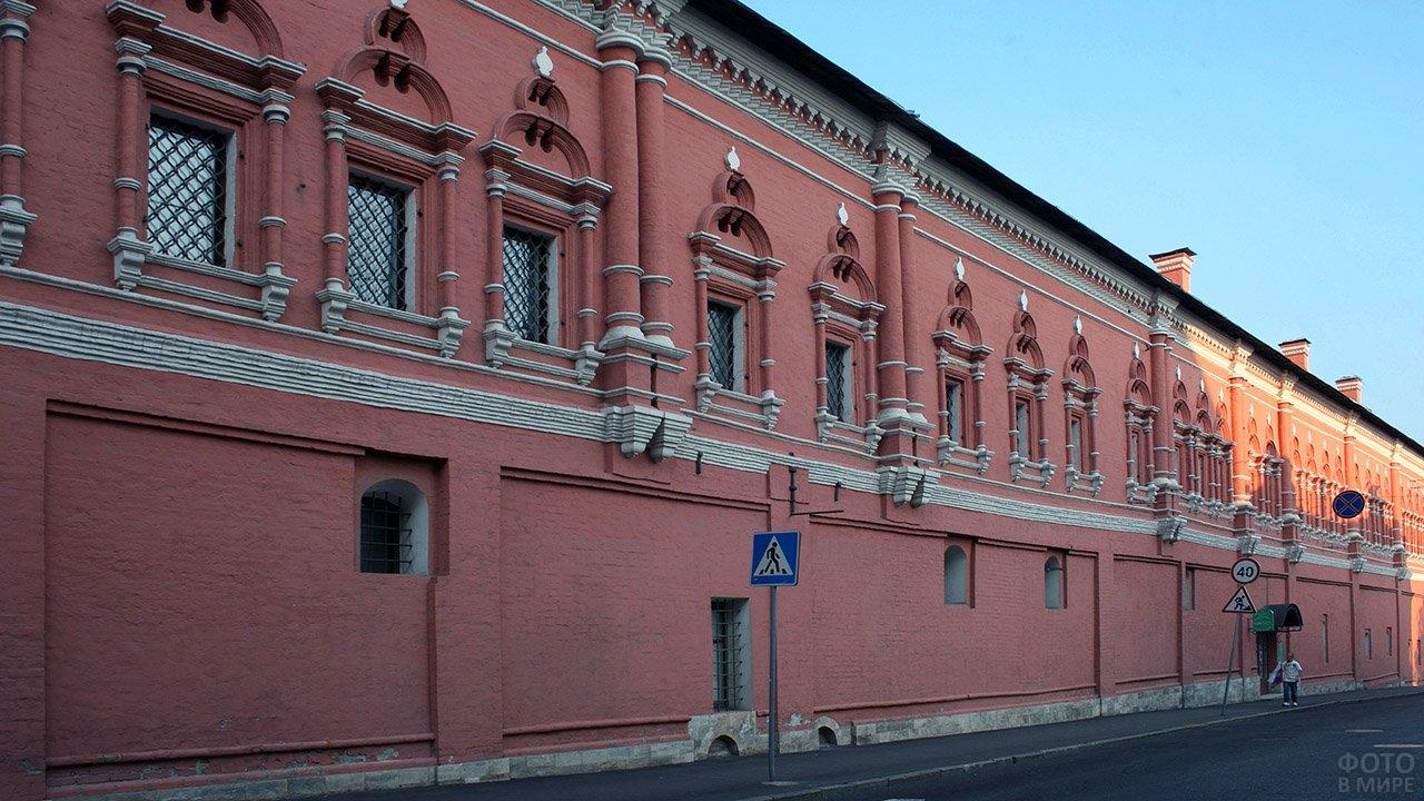 Внешняя стена старинного московского дома-музея Герцена