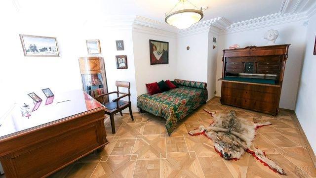 Знаменитый кабинет с волчьей шкурой в доме-музее Цветаевой