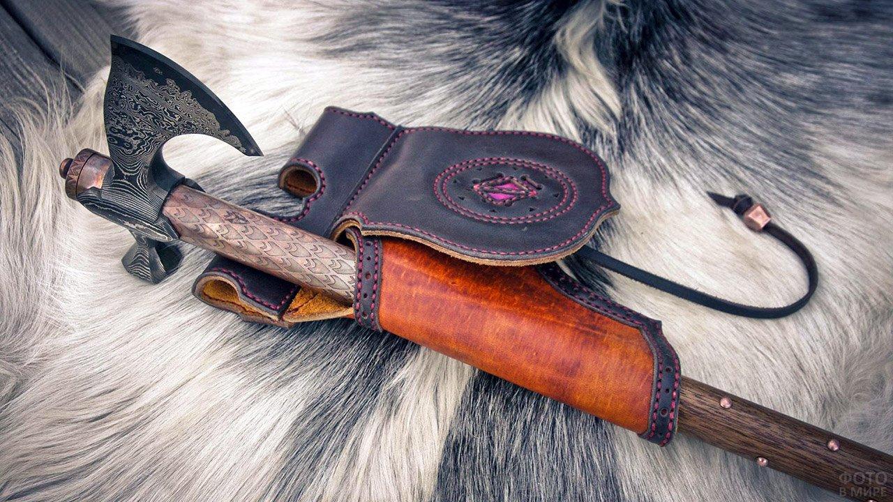 Боевой топор чекан-секира с кожаным чехлом на мохнатой шкуре