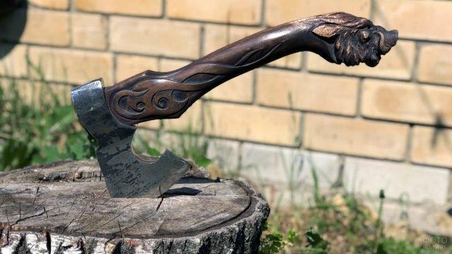 Кованый бородовидный топор с резной деревянной ручкой в берёзовом пне