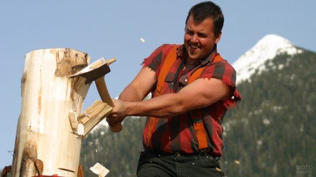 Мужчина на соревновании лесорубов