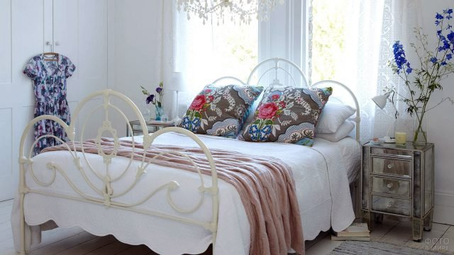 Белая спальня с яркими акцентами в стиле бохо