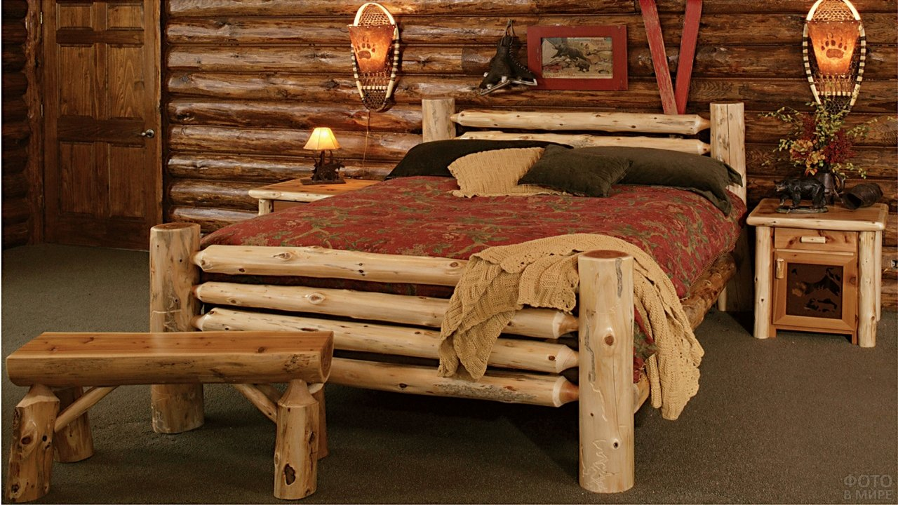 Деревянная кровать из кругляка в бревенчатом доме