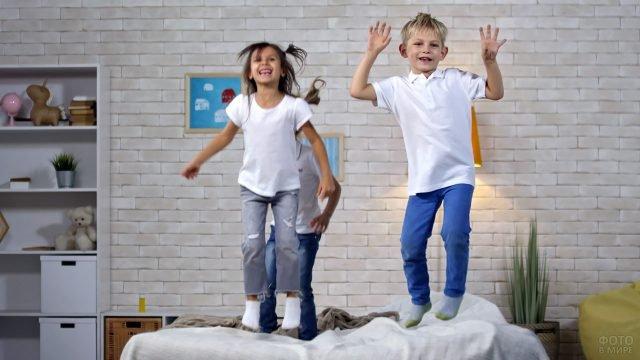Дети прыгают на кровати в спальне в стиле лофт