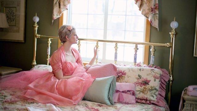 Девушка в розовом на кровати в винтажной спальне в стиле прованс
