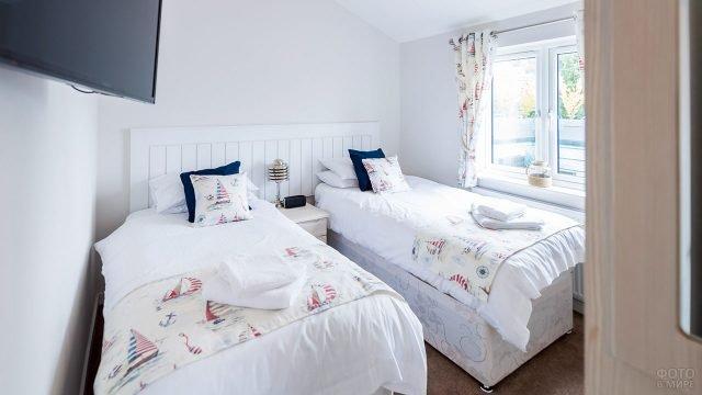 Гостевая спальня в загородном доме с текстилем в морском стиле