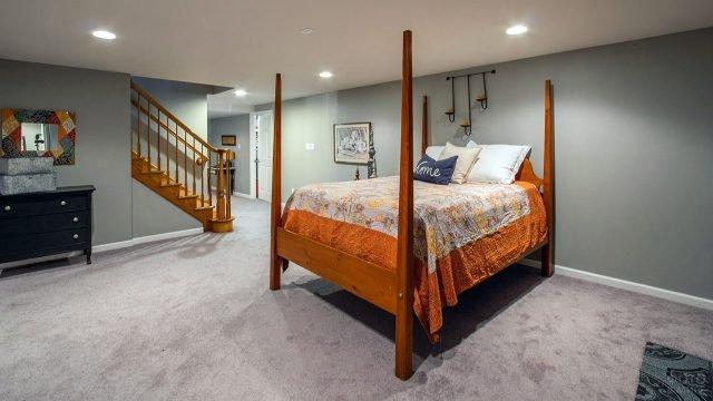 Необычная мебель в спальне на цокольном этаже загородного дома