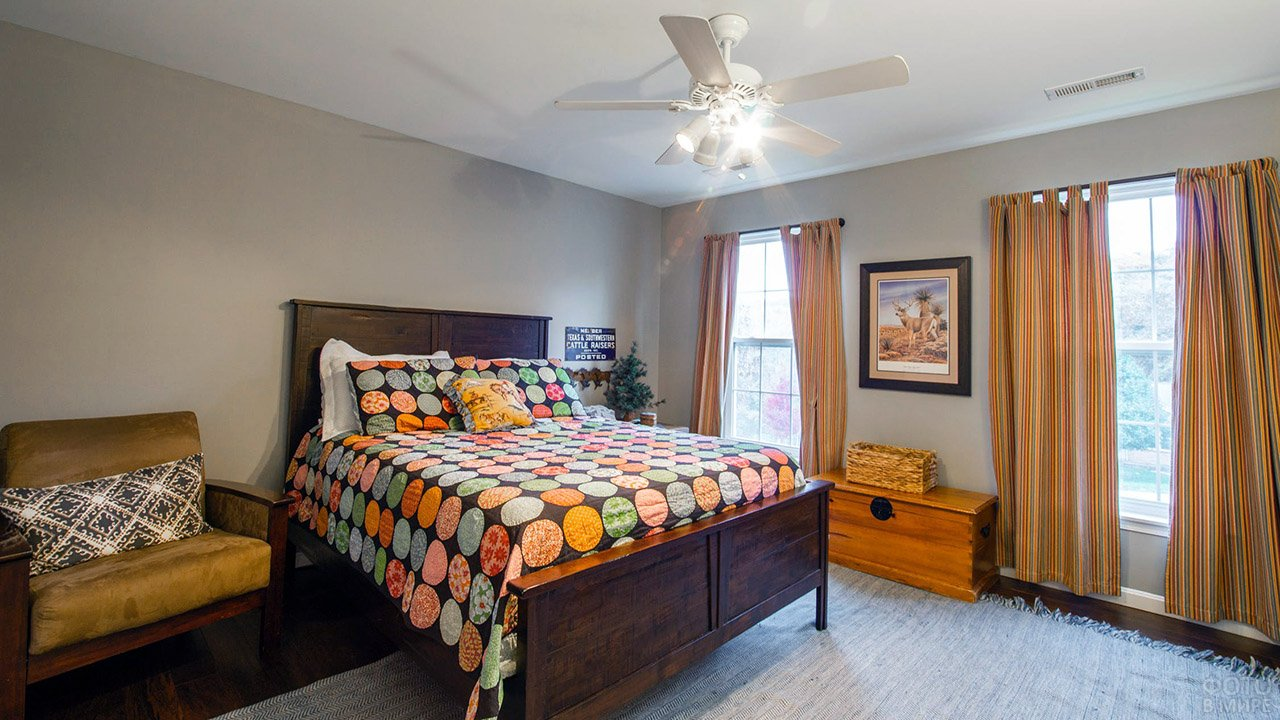Пёстрый текстиль в сдержанном интерьере спальни