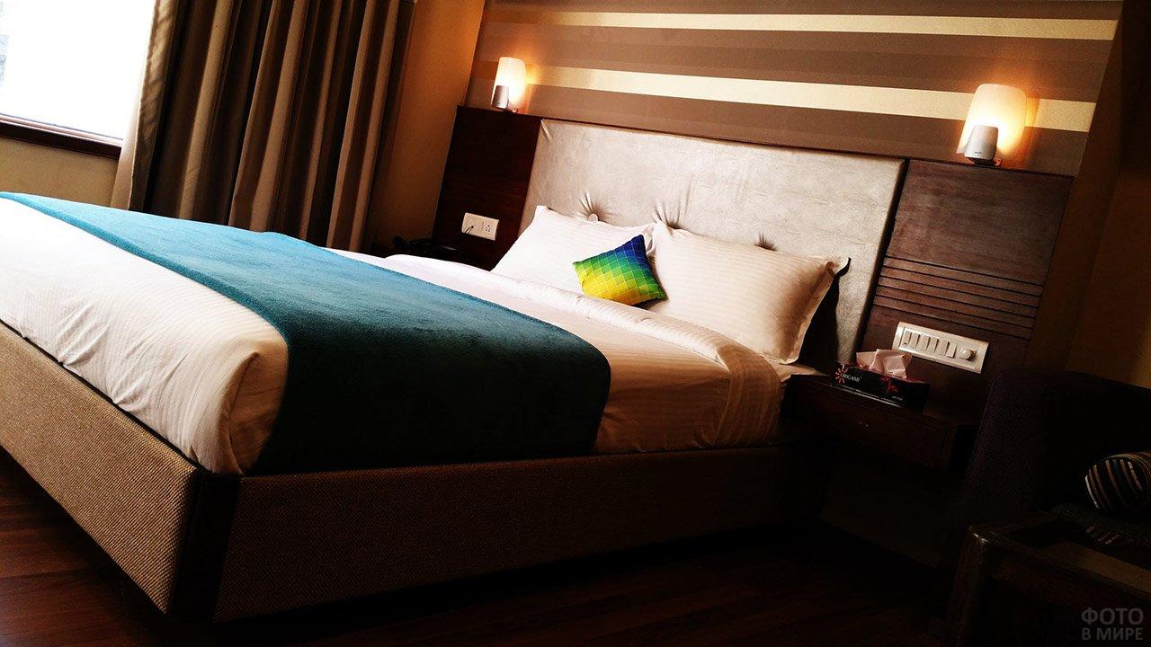 Радужная декоративняа подушка в классическом интерьере спальни цвета венге