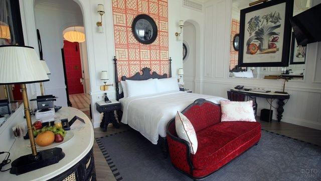Роскошная дизайнерская спальня с красными мароканскими акцентами