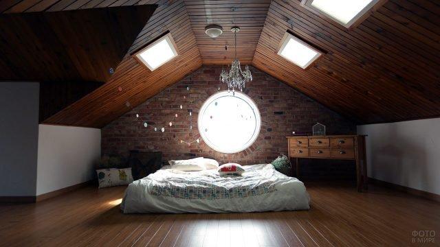 Спальня в стиле лофт в мансарде загородного дома