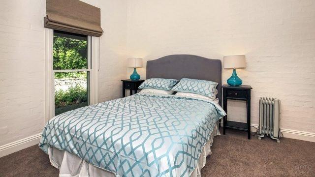 Светлая спальня с французским окном и тёмной мебелью