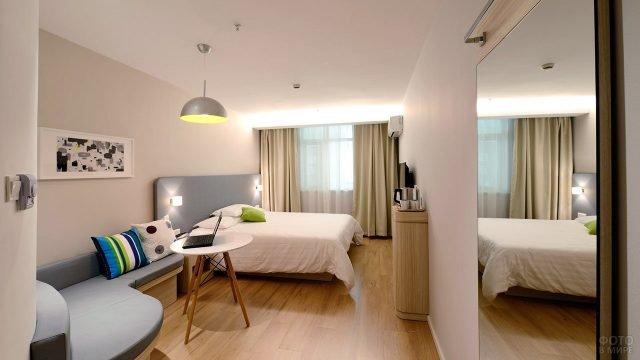 Светло-бежевая спальня с рабочим пространством