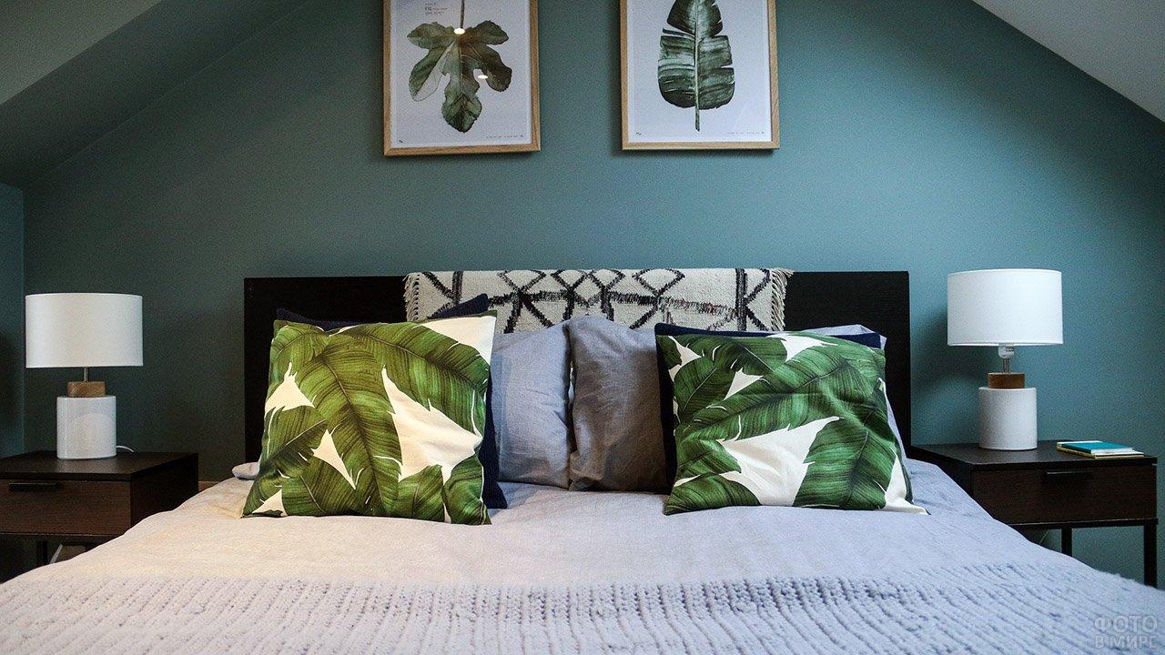 Тёмно-бирюзовая стена и деревянная мебель цвета венге в стильной спальне