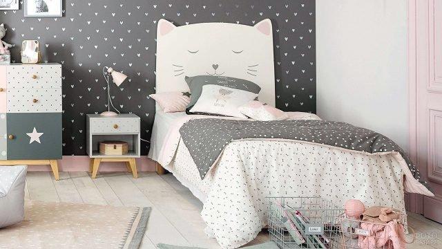 Трендовая серая стена в спальне для девочки с сердечками и немножко розовым