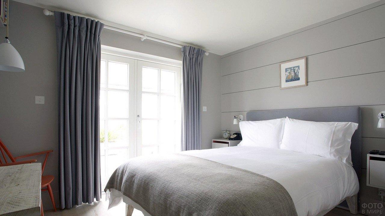 Трендовый серый интерьер небольшой светлой спальни