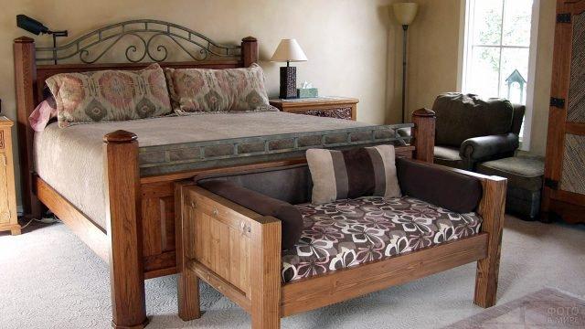 Уютная спальня с деревянной мебелью и декором гобеленами