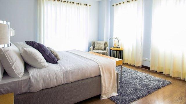 Уютная светлая спальня в городской квартире