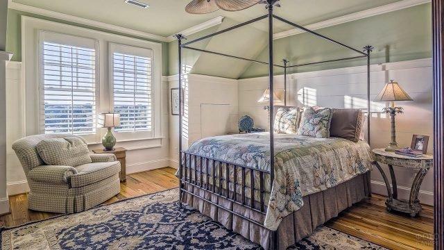 Высокая кровать в уютном интерьере в стиле прованс