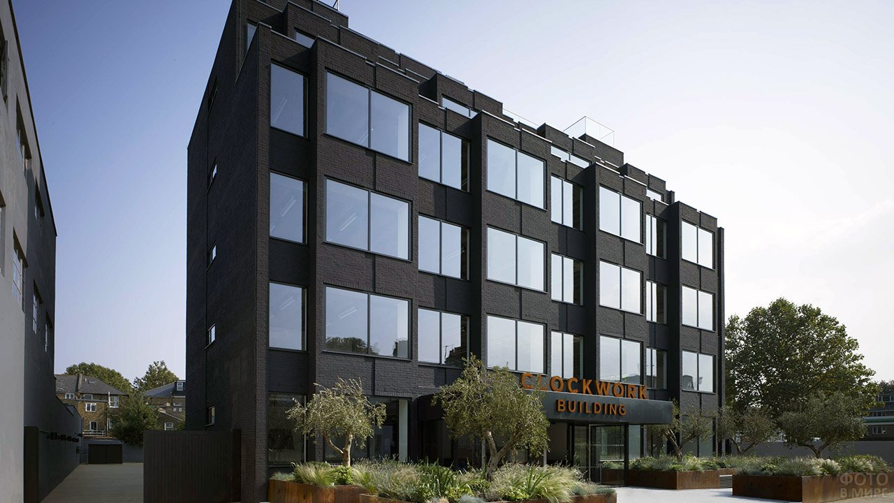 Чёрное офисное здание в Лондоне