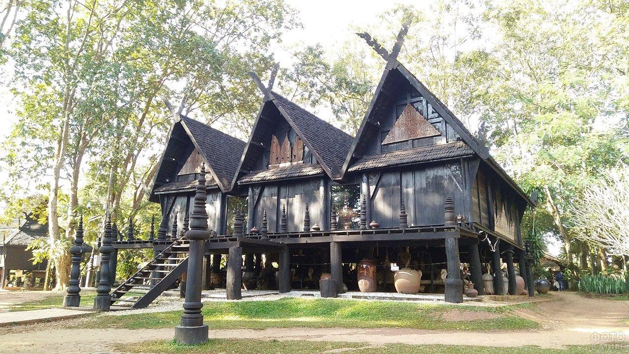 Чёрный тайский дом с бревенчатой верандой