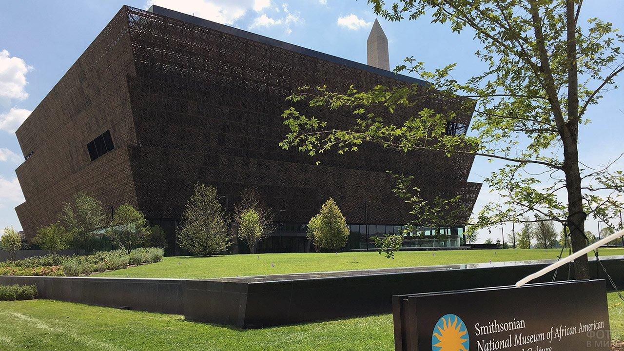 Футуристичное чёрное здание музея в Нью-Йорке