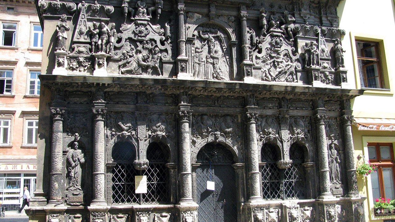 Лепнина и колонны чёрного фасада дома Боимов во Львове