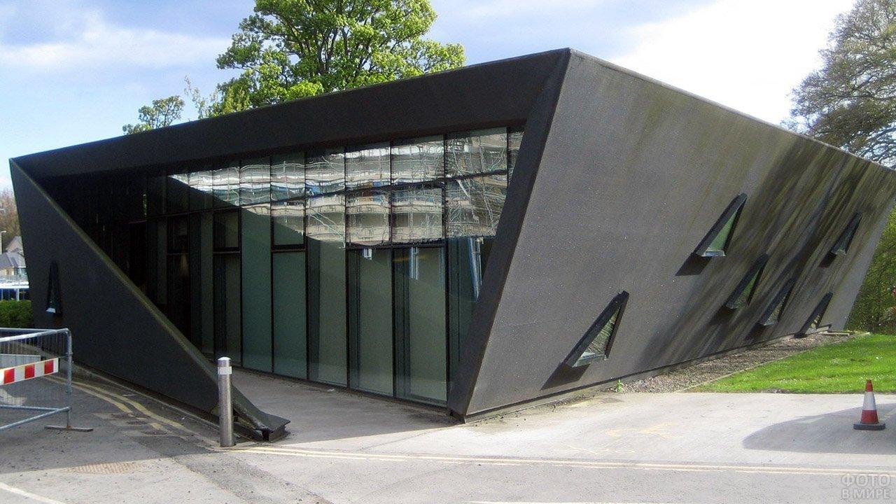 Минималистичный частный дом чёрного цвета от Захи Хадид